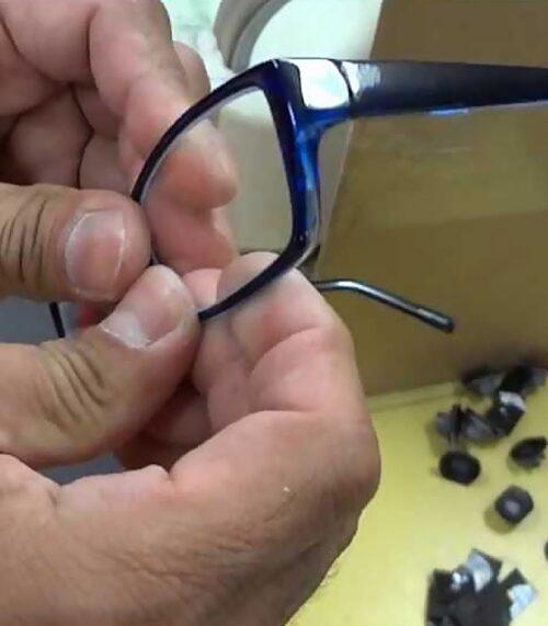 aparatura moderna si experienta montatorilor nostri permit executarea oricarui tip de montaj ochelari cu orice grad de dificultate cu exactitate si rapiditate. Fie ca vorbim de un montaj simplu pe o rama clasica cu lentile monofocale, sau ca vorbim de montaj pe rama cu capsa ori forme speciale sau montaj ochelari progresivi, serviciile noastre de montaj sunt la cel mai inalt standar de calitate.